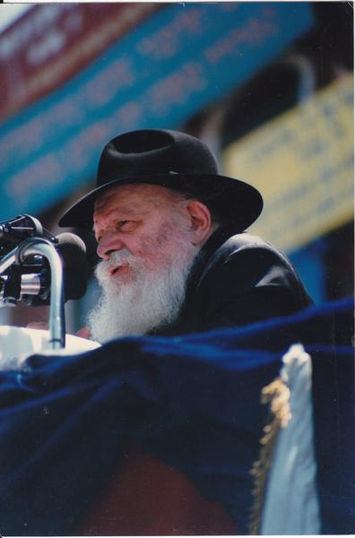 9. Und wer den kennt, weiß wirklich was: Geboren 1902 in Mykolajiw als Sohn eines Rabbiners wurde er als geistiger Führer der Chabad Bewegung innerhalb des orthodoxen Judentums zu einer religiösen Heilsfigur.